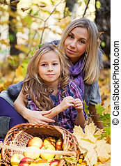 下方に, プレーしなさい, 娘, 公園, 秋の群葉, ママ, 落ちている, 幸せ