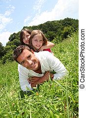 下方に, 人, 女の子, 公園, あること, 彼の, 背中