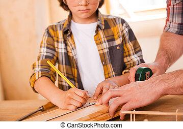 下方に, 彼の, 最後, seriousboy, detail., 測定, 父, 板, 助力, 木製である, 間, 作成, 彼