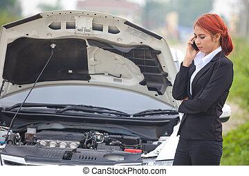 下方に, 車の女性, 壊れた