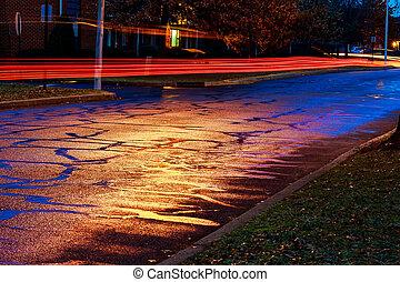 下雨的晚上, 在, the, 大的城市, 光, 從, the, 商店視窗, 反映, 在道路上