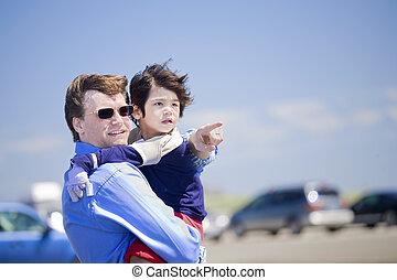 不具, 浜, お父さんを抱いている息子