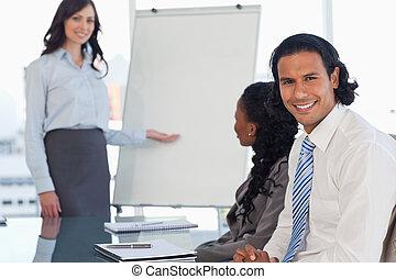 与えられた, プレゼンテーション, 微笑, 経営者, 従業員, 聞くこと, 若い
