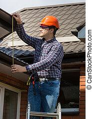 专业人员, 工人, 测量高度, 在中, 屋顶, 带, 磁带