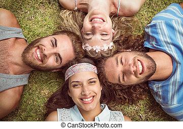 世面靈通的人, 躺在草地上, 微笑