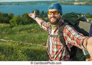 丘, 人間が立つ, バックパック, 上, コーカサス人, 若い