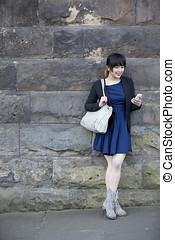 中國 婦女, 在, 不列顛, 以及, 使用, smartphone.