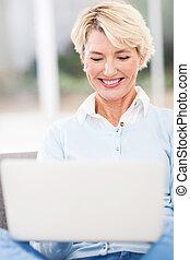 中央の, 年齢, 女性を使っているラップトップ, コンピュータ