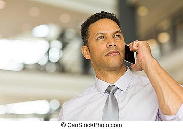 中央の, 年齢, 男話し, 上に, 携帯電話