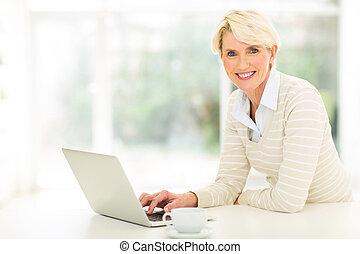 中央, 女, 年を取った, コンピュータ, 使うこと