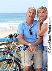 中央, 恋人, seashore., 年を取った, biking