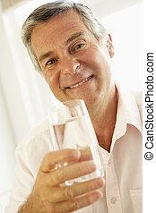 中央, 水 ガラス, 飲むこと, 年を取った, 人