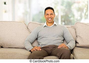 中年層, 人間が座る, ソファで, 家で
