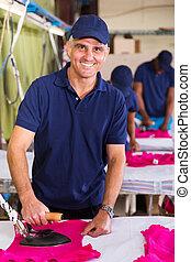 中年層, 労働者, アイロンをかけること, tシャツ, 中に, 衣類の工場