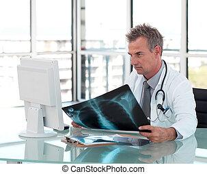 中年層, 医者, で 働くこと, 彼の, 机