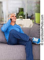 中年層, 男話し, 上に, 携帯電話