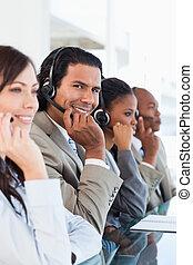 中心, チーム, 彼の, ビジネス, 仕事, 微笑, 呼出し, 労働者, 若い