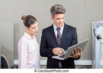 中心, ラップトップ, 呼出し, ビジネスマン, 従業員, 使うこと