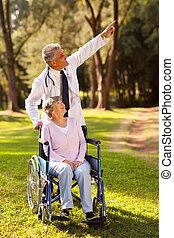 中間, 年齡, 醫生, 拿, 無能力, 年長者, 病人, 為, a, 步行
