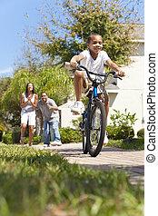 乗馬の自転車, 幸せ, アメリカ人, 男の子, 家族, アフリカ, 親, &