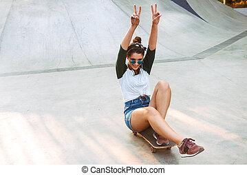 乗馬, 女の子, スケートボード, 若い, 幸せ
