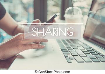 事務, 手, 鍵入, 上, a, 膝上電腦 鍵盤, 由于, 分享, 主頁, 上, the, 計算机屏幕, 社會, 聯网, 技術, concept.