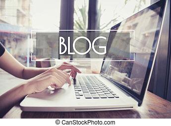 事務, 手, 鍵入, 上, a, 膝上電腦 鍵盤, 由于, blog, blogging, 主頁, 上, the, 計算机屏幕, 社會, 媒介, 网絡, concept.