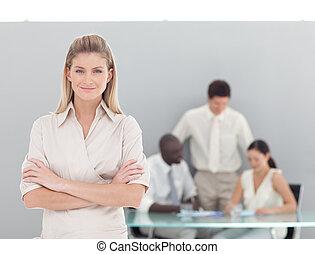 事務, 看, 照像機, 職業婦女, 年輕