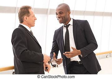 事務, communication., 二, 快樂, 商人, 的談話, 彼此, 以及, 手勢