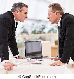 事務, confrontation., 二, 成熟的人, 在, formalwear, 衝突, 當時, 站立, 面對面地