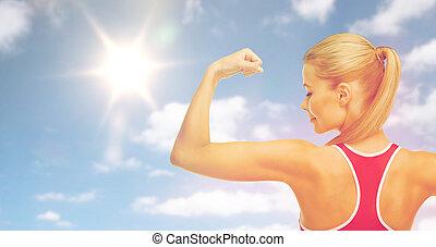 二頭筋, 女, スポーティ, 太陽, 上に, 空, 提示, 幸せ