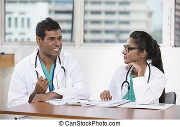 二, 印第安語, 醫生, 坐, 工作在, a, 書桌, 一起