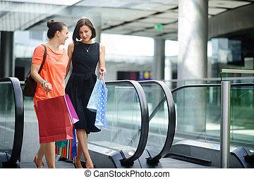 二, 可愛, 年輕婦女, 上, the, 電動扶梯, 在, 購物, center.