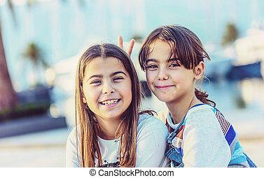 二, 愉快, 小女孩, 微笑, 以及, 看照像機