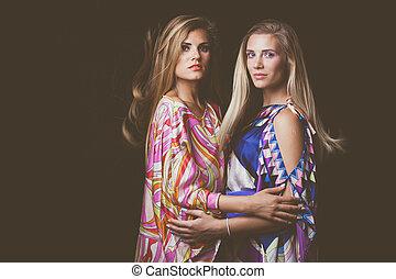 二, 白膚金髮, 年輕婦女, 美麗, 時裝, 肖像, 在, 鮮艷, 柔軟光滑, 衣服