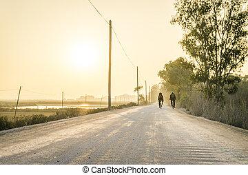 二, 自行車, 騎手, 上, a, 灰塵, 路, 在, algarve, 葡萄牙