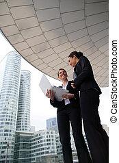 二, businesswomen, 站, 在外面, 高层建筑, 建筑物