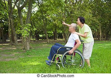 亞洲人, 高階人, 坐, 上, a, 輪椅, 由于, 他的, 妻子