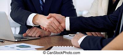 交渉, パートナー, 署名, because, ビジネス 人々, オフィス。, の上, 契約, 満足させられた, 揺れている手, 終わり, ミーティング, ∥あるいは∥