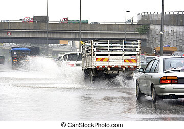 交通, 中に, 激しい, 雨