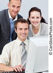 人々ビジネス, 仕事, 微笑, 一緒に, コンピュータ