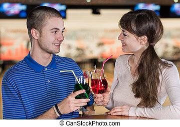 人々, クラブ, 若い, の後ろ, ボウリング, テーブル, 微笑, 飲むこと