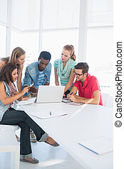 人々, ラップトップ, 使うこと, カジュアルなオフィス, 若い