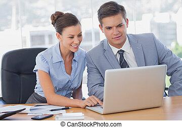 人々, 仕事, ビジネス, 一緒に, 微笑, ラップトップ
