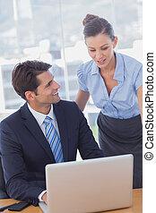 人々, 仕事, ビジネス, 幸せ, オフィス, 一緒に, 微笑, ラップトップ