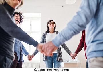 人々, 保有物, 円, 地位, グループ, therapy., 手, の間, 中央部