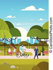 人々, 屋外で, 中に, 現代, 公園, 座りなさい, 上に, ベンチ, 歩くこと, そして, 乗馬の自転車, 人間, 中に, 自然, コミュニケートする