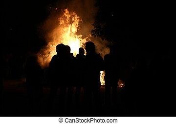 人々, ∥(彼・それ)ら∥, 援助, 無防備, 燃焼, 困っている, 家