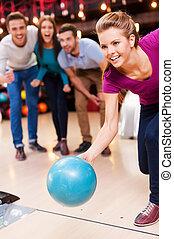 人々, 3, on!, ボウリング, 女性, 美しい, ボール, 間, 投げる, 来なさい, 元気づけること, 若い