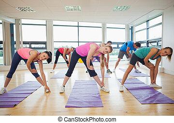 人們, 伸展, 手, 在, 瑜伽類別, 在, 健身, 工作室